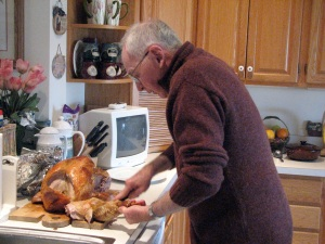 dad-cutting-the-turkey