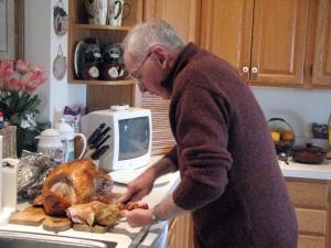 dad-cutting-the-turkey